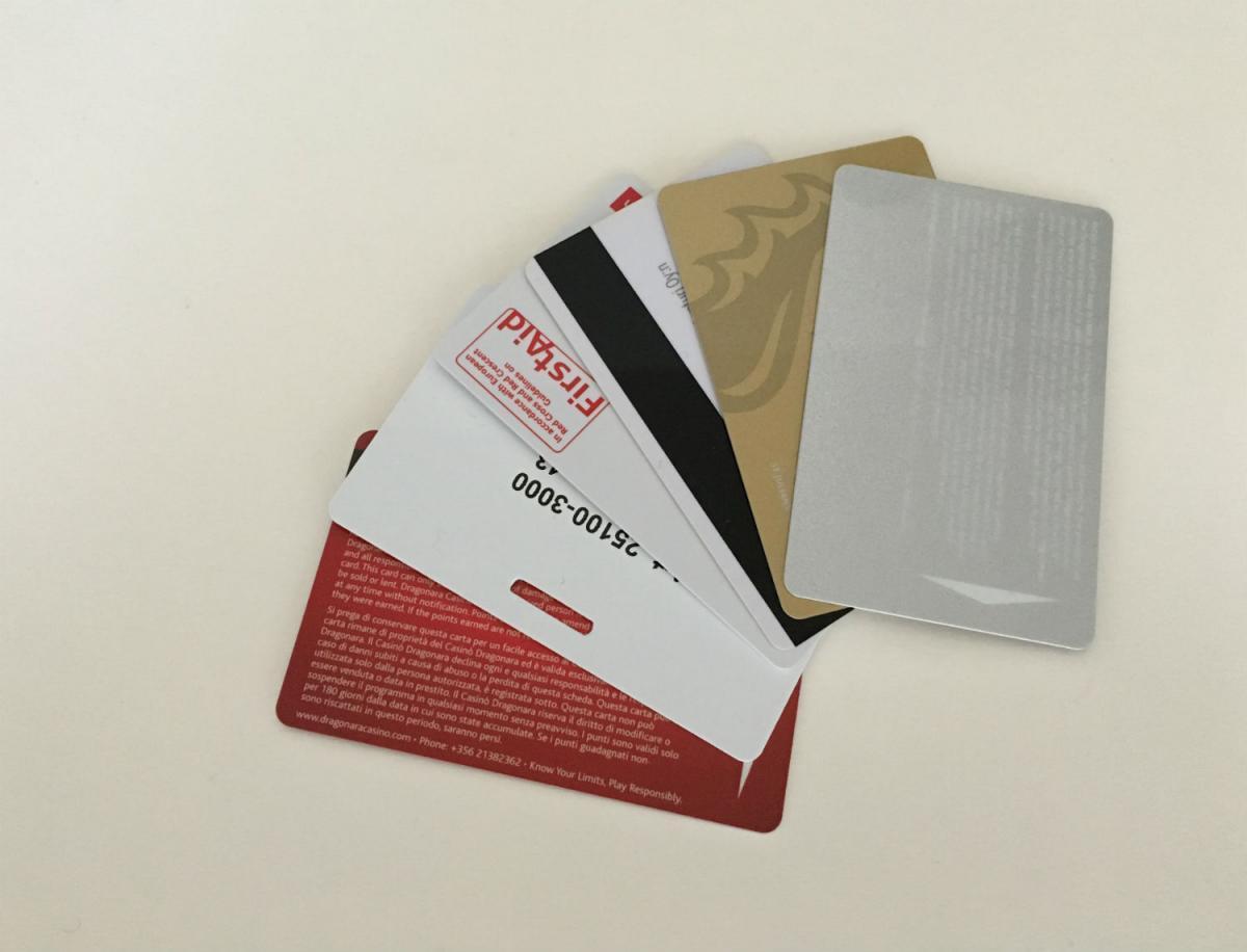 vifte af id-kort med logo