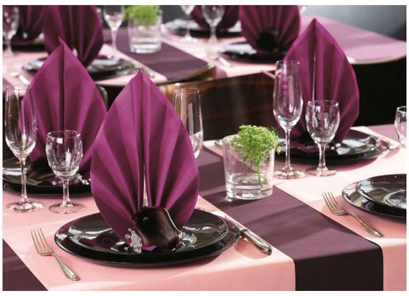 bord med flot opdækning og eksklusive servietter med logo