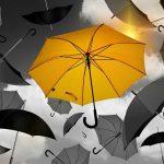 svævende paraplyer med logo