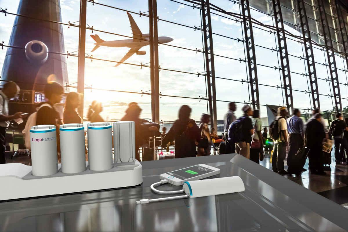 profilartikler med logo. Opladerstation med 8 powerbanks i en travl lufthavn