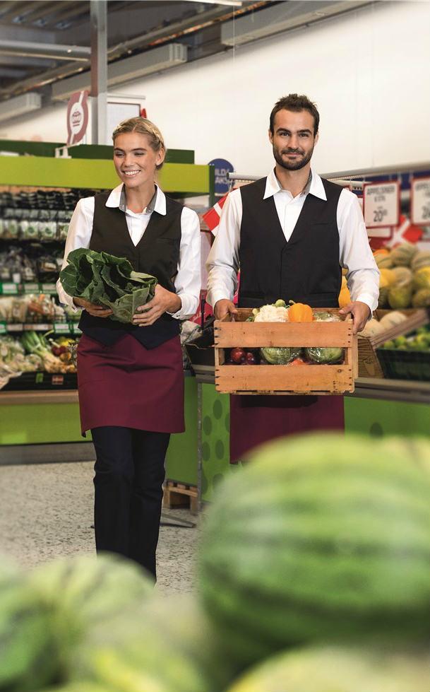kvinde og mand i kentaur arbejdstøj bærer grøntsager i et supermarked